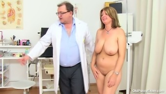 BBW mommy Bohunka with the use of huge organic succulent bowls gets her pussy face flexed by untouched doc
