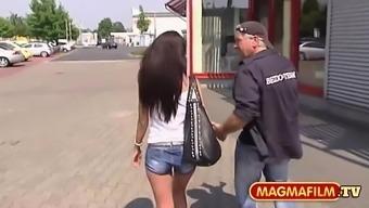 Strassenflirts: Schoene Schlanke mit dunklen Haaren
