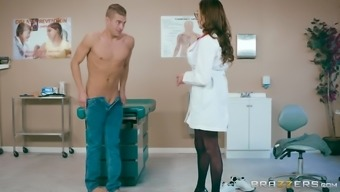 Ariella Ferrera is a great breasted medical professional who likes using a lift