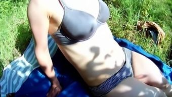 Risky outdoors creampie -- young couple fucking