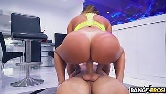 Big Booty Gets Fucked - AssParade