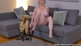 Host nation gilf Sindee Cox tape off and rubs one out
